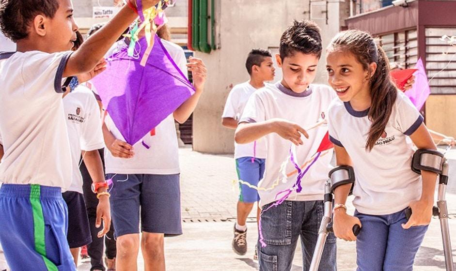 Crianças brincando na escola. Imagem ilustrativa texto Dia da Escola.