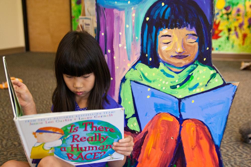Menina lendo real e pintura. Imagem ilustrativa texto ensinar literatura.