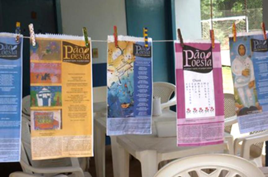 Sacos de pão pendurados no varal, do projeto Pão e poesia. Imagem ilustrativa texto literatura no cotidiano.