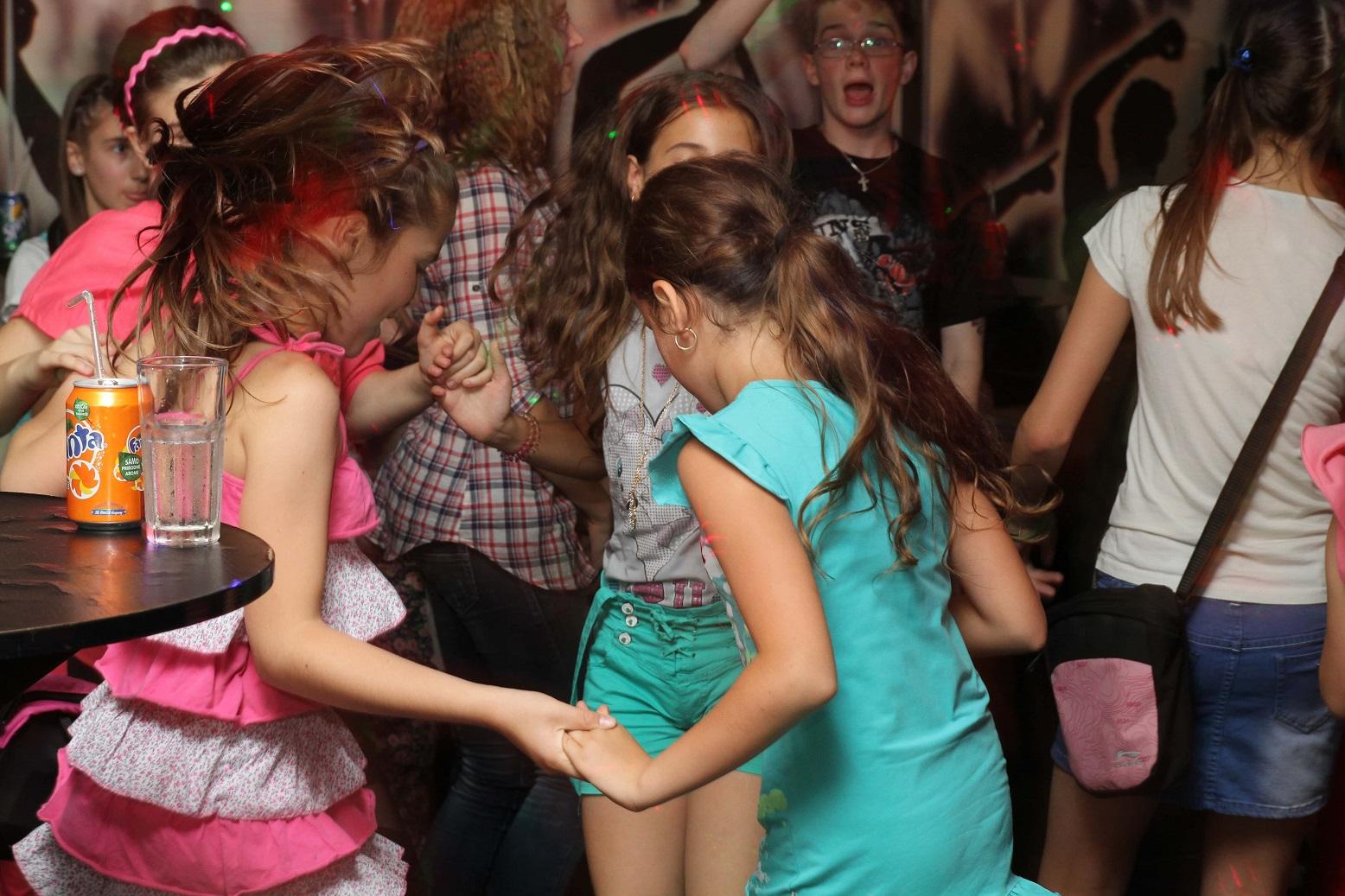 Meninas dançando. Imagem ilustrativa textos formas de arte e brincadeiras com música.