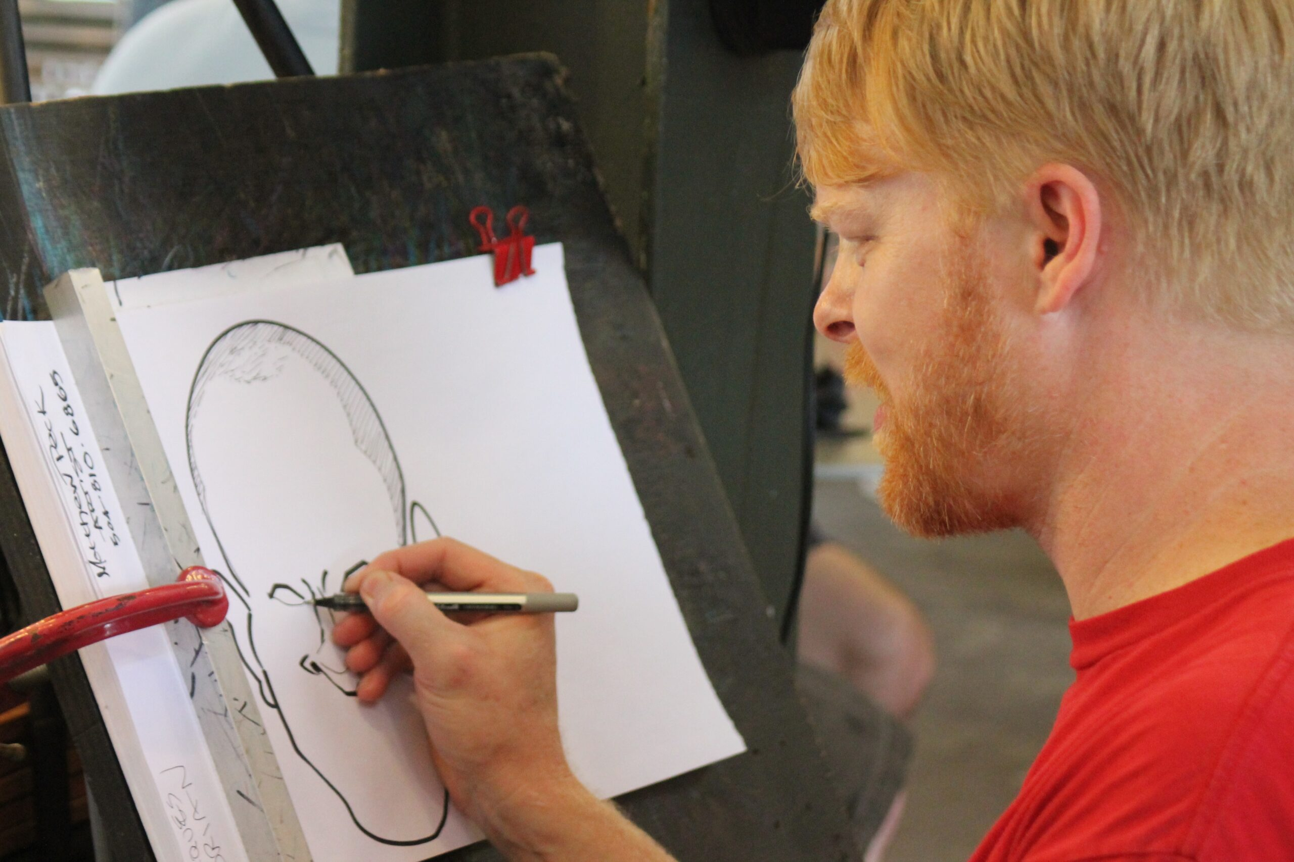 Homem desenhando caricatura. Imagem ilustrativa texto caricatura, cartum, charge, quadrinhos e tirinha.